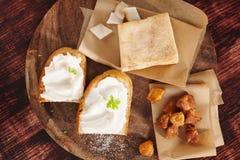 Grisköttscratchings, bacon och bröd med späcker spridning Arkivbild