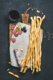 Grissini面包条、香肠、橄榄和红葡萄酒,拷贝空间 库存图片