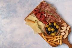Grissini del formaggio di prosciutto di Parma delle olive della salsiccia Fotografia Stock