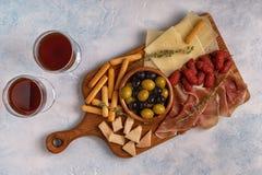 Grissini del formaggio di prosciutto di Parma delle olive della salsiccia Immagine Stock