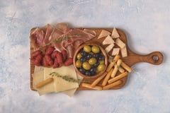 Grissini del formaggio di prosciutto di Parma delle olive della salsiccia Fotografia Stock Libera da Diritti