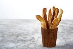 Grissini delicioso na mesa de cozinha cinzenta no copo antiquado de madeira, close-up dos palitos, foco seletivo Imagens de Stock Royalty Free