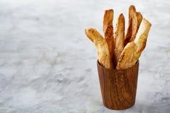 Grissini delicioso na mesa de cozinha cinzenta no copo antiquado de madeira, close-up dos palitos, foco seletivo Fotos de Stock Royalty Free