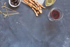 Grissini traditionele Italiaanse snack, voedselsamenstelling op zwarte bordachtergrond stock fotografie