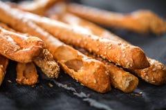 Grissini - traditionele Italiaanse zoute die breadsticks wordt bestrooid met stock afbeeldingen