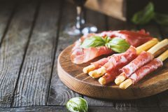 Grissini van broodstokken met prosciutto Stock Foto's