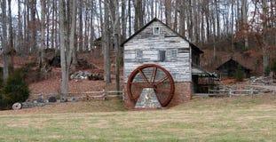 Gristmill restaurado velho pelas madeiras Foto de Stock