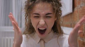 Gritando a la hembra ruidosa, enojada que va loca por problemas metrajes