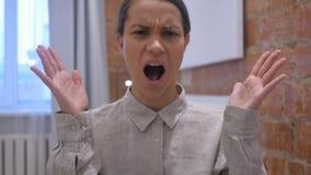 Gritando a la mujer hispánica ruidosa, enojada que va loca por problemas almacen de metraje de vídeo