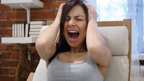 Gritando a la mujer ruidosa, enojada que va loca por problemas metrajes