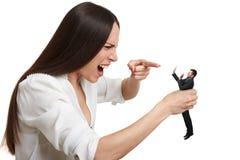 Gritando a mulher que aponta no homem assustado pequeno Fotos de Stock
