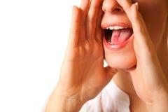 Gritando o close up da boca da mulher fotografia de stock