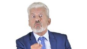Gritando o homem de negócios velho irritado Isolated no fundo branco video estoque