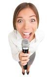 Gritar da mulher de negócio do microfone/que canta Fotografia de Stock Royalty Free