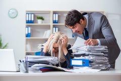 Gritar e gritaria irados irritadas do chefe em seu empregado do secretário imagens de stock