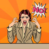 Gritar forçado frustrante da mulher de negócio nenhum Pop art ilustração stock