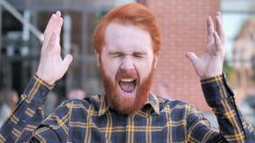 Gritar irritado do homem novo da barba do ruivo exterior vídeos de arquivo