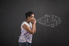 Gritaria afro-americano da mulher, gritando ou jurando no fundo do quadro-negro Fotografia de Stock