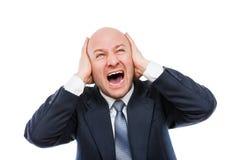 A gritaria alta ou o homem de negócios forçado cansado gritando entregam as orelhas da coberta para o silêncio Fotografia de Stock Royalty Free