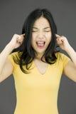 Gritaria asiática nova da mulher na frustração Imagens de Stock Royalty Free