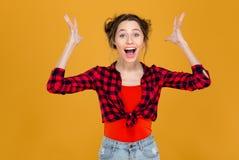 Gritaria bonita entusiasmado bem sucedida feliz da jovem mulher com mãos levantadas Imagens de Stock Royalty Free