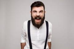 Gritaria considerável nova rude irritada do homem sobre o fundo branco Foto de Stock Royalty Free