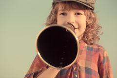 Gritaria da criança através do megafone Imagens de Stock Royalty Free