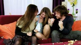 A gritaria da família gosta louco para a felicidade do jogo de vencimento vídeos de arquivo