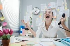 Gritaria da mulher de negócios no telefone Fotografia de Stock Royalty Free