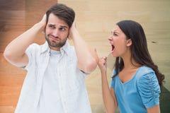 Gritaria da mulher no homem ao lutar em casa fotos de stock