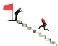 Gritaria de Bussinessman uma outra seta vermelha levando que corre no mone Fotos de Stock Royalty Free