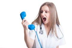 Gritaria do doutor da mulher no telefone Imagem de Stock Royalty Free