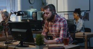 Gritaria do homem em um centro de atendimento video estoque