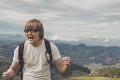 Gritaria do homem na parte superior da montanha Foto de Stock Royalty Free