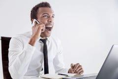 Gritaria do homem negro no telefone imagem de stock