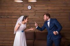 Gritaria dos noivos em se fotografia de stock royalty free