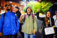Gritaria dos protestadores, Bucareste, Romênia Foto de Stock Royalty Free