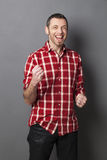 Gritaria ectática do homem 40s para a vitória Fotografia de Stock Royalty Free