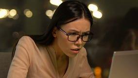 Gritaria fêmea agressiva do trabalhador de escritório infeliz com clientes resposta, fim do prazo video estoque
