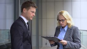 Gritaria fêmea irritada no empregado do sexo masculino novo, erro do chefe do relatório, falha do trabalho vídeos de arquivo