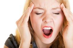 Gritaria gritando da dor da dor de cabeça da mulher de negócio. Esforço no trabalho. Fotos de Stock Royalty Free