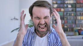 Gritaria, homem ocasional gritando da barba na raiva no trabalho vídeos de arquivo