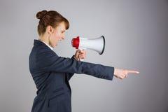 Gritaria irritada da mulher de negócios com o megafone e apontar fotos de stock royalty free