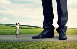 Gritaria irritada da mulher no chefe grande Imagem de Stock