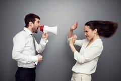 Gritaria irritada da mulher no homem Imagem de Stock Royalty Free