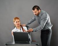 Gritaria irritada do chefe no empregado Imagens de Stock Royalty Free