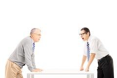 Gritaria irritada do homem de negócios no homem superior Imagens de Stock