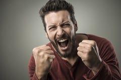 Gritaria irritada do homem para fora ruidosamente Fotografia de Stock