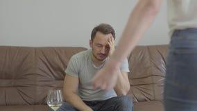 Gritaria irritada não reconhecida da mulher em seu marido em casa Problemas no relacionamento entre o homem e a mulher betrayal vídeos de arquivo