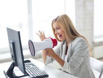 Gritaria louca da mulher de negócios no megafone Fotografia de Stock
